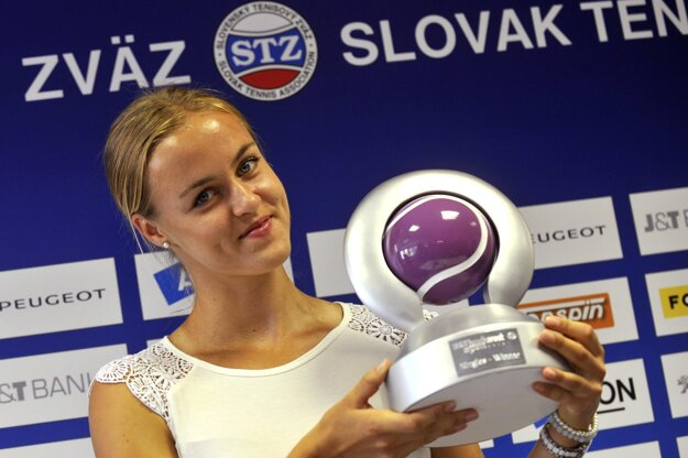 K. Schmiedlová with her trophy