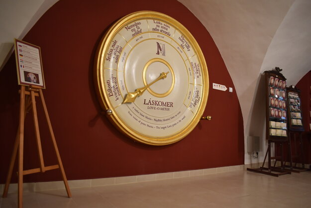 This love meter in Banka lásky tells couples how big their love is using verses from the poem Marína written by Andrej Sládkovič.