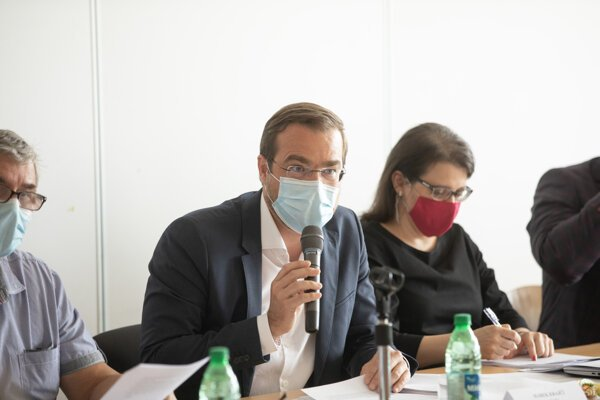 Health Minister Marek Krajčí (centre) at the August 11 meeting of the pandemic commission.