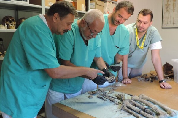 Ľubomír Straka (second from right) and his fellow medical examiners from the Institute of Forensic Medicine and Medical Expertise at the Jessenius Faculty of Medicine at Comenius University and University Hospital in Martin study human remains.
