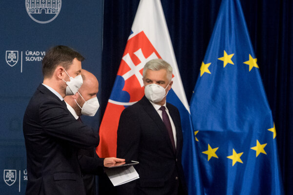 PM Heger, Defence Minister Naď and Foreign Minister Korčok (left to right) arrive to the press conference.