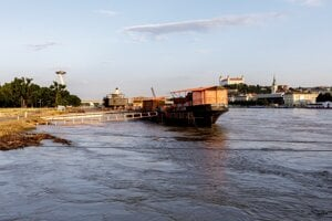 Water level of the Danube in Bratislava reached 696 centimetres on Monday morning.