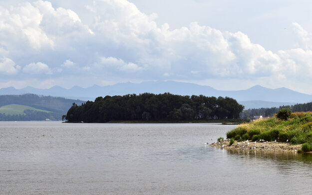 A piece of the bird island (right) in the Orava water dam and Slanica Island in the background.