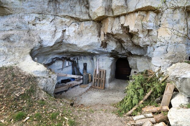 The Mačkáš cellars in the village of Hontianske Moravce near Krupina were carved into tuff rocks in the 17th century. Today, they serve as wine cellars.