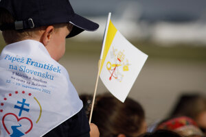 Hundreds of believers came to welcome Pope Francis at the Bratislava airport.