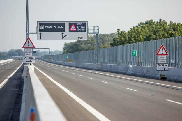 Lužný Bridge, which is part of the 4.3-kilometre stretch of the D4 highway, was open on September 26.