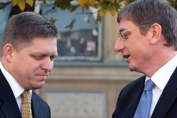 PM Fico (left) shaking hands with his Hungarian counterpart Gyurcsány. Photo: SITA