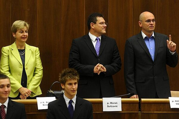 Daphne Bergsma, Maroš Šefčovič and Richard Sulík (l-r) join two student parliamentarians.