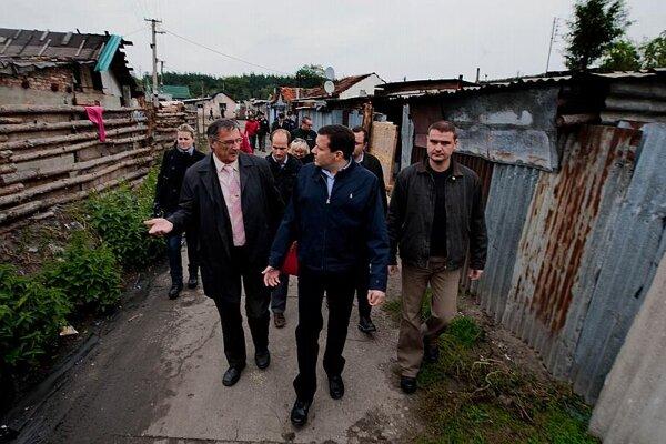 Interior Minister Lipšic (centre) and Mayor Slezák (left) visiting the settlement.