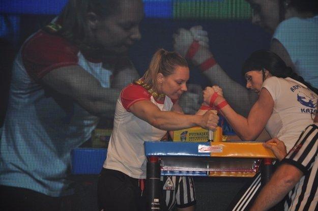 Armwrestler Lucia Debnárová (L) in her duel.