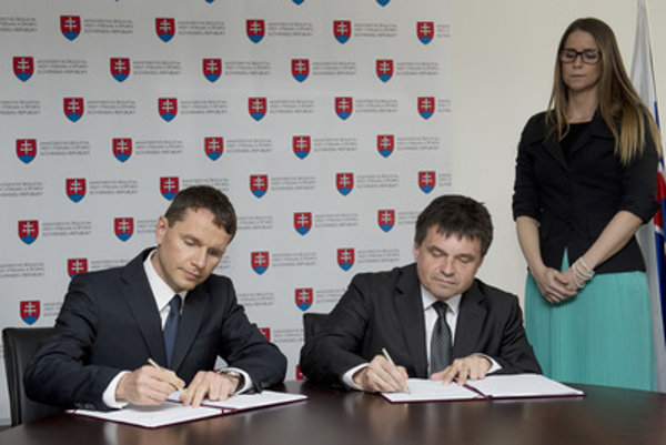 Education Minister Peter Plavčan (C)) and chairman of the board of NFŠ, a.s. Pavel Komorník sign a memo on future contract on completion of the National Football Stadium on May 10, 2016.