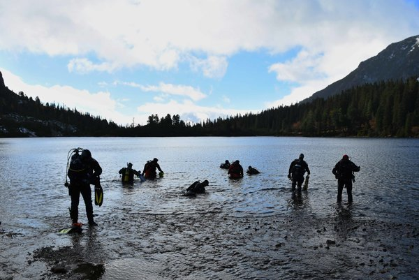 Cleaning the Popradské pleso lake in High Tatras