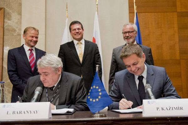 EIB Vice-President László Baranyay (l) and Slovak Finance Minister Peter Kažimír are signing a €350 million loan from the EIB at the presence of Economy Minister Vazil Hudák, EC Vice-President Maroš Šefcovič and EIB President Werner Hoyer (from left).