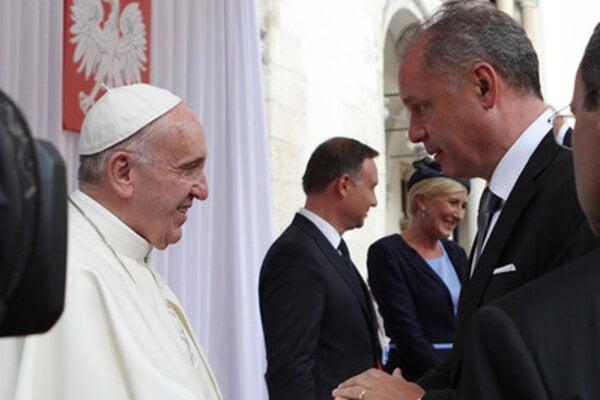 Pope Francis (L) and Slovak President Andrej Kiska