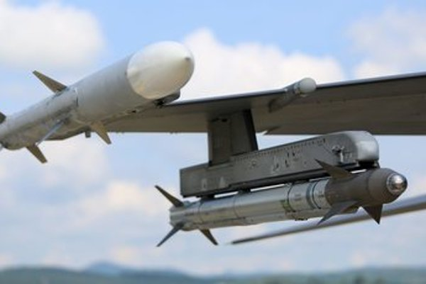 L-R air-to-air missiles AIM 120 Amraam and AIM 9 Sidewinder hanging from US fighter plane A-10C Thunderbolt during the Slovak Warthog 2016 exercise at Sliač, July 27.