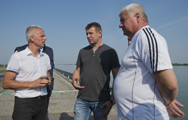 L-R: Head of the Slovak Water-mangement Company Pavel Virák, Environment Minister László Sólymos and Transport Minister Árpár Érsek on the site of the river accident.