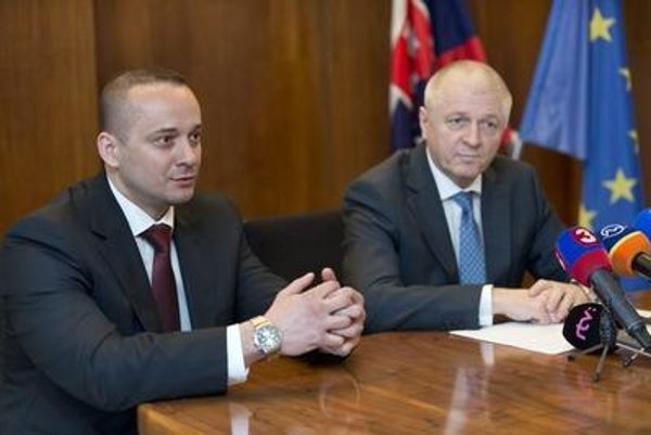 Economy Minister Pavol Pavlis (right) and regional director of Osram for Slovakia, the Czech Republic and Hungary Robert Verbich.
