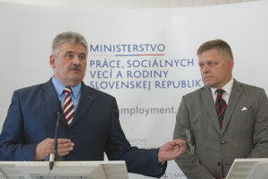 Labour Minister Ján Richter (l) and Prime Minister Robert Fico.