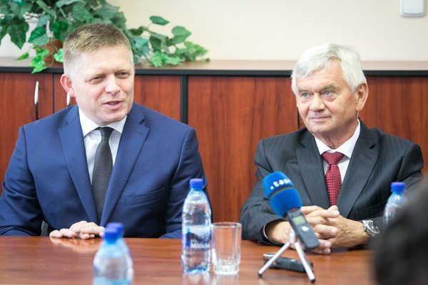 PM Robert Fico (l) and new ÚRSO head Ľubomír Jahnátek (r)