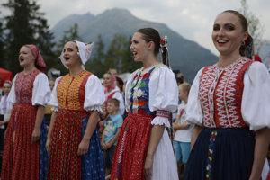 Young Lúčnica singers in hIgh Tatras