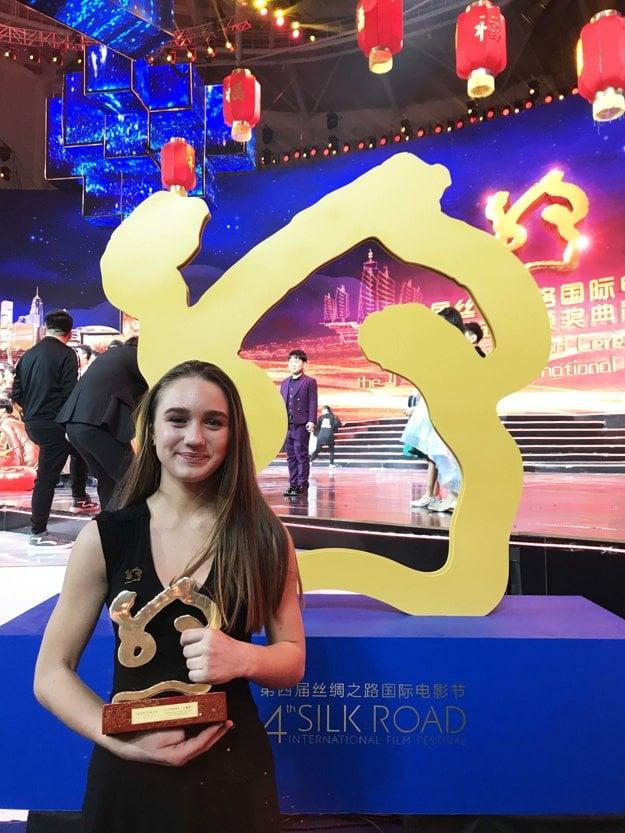 Main actress Vanessa Szamuhelová receives the award at Silk Road festival in China.