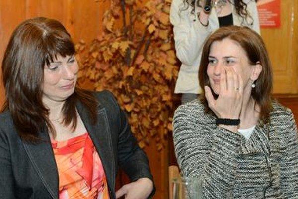 Kidney receiver Alena Bagárová (L), and donor Oľga Barbušová at a press conference in Košice