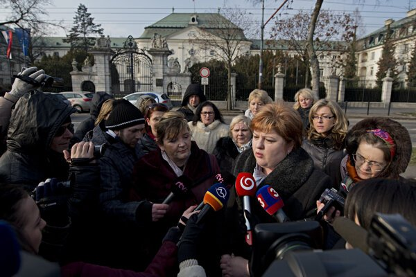Head of nurses' trade unions Monika Kavecká (second from right) and head of the Slovak Chamber of Nurses and Midwives Iveta Lazorová (third from right) in front of the Government Office