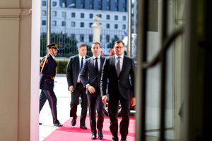 Drucker (second from right) arrives to the Presidential Palace to hand in his resignation.