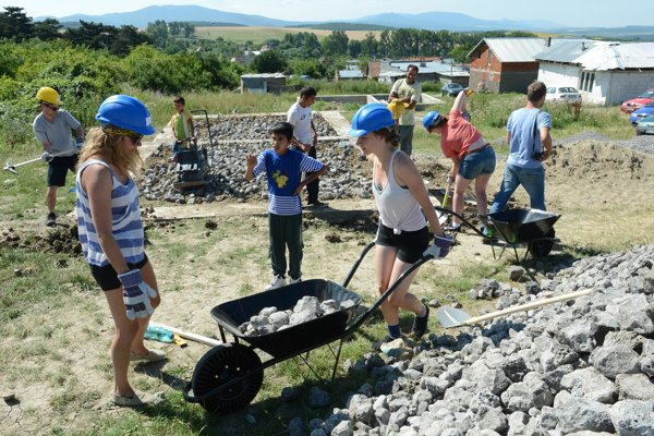 Actors from DAT helped build houses in Rankovce also in 2013.