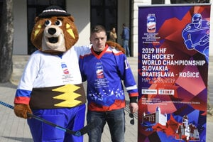 Ice-hockey player Marcel Haščák with mascot Macejko.