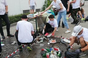 Separation of garbage collected by running volunteers.