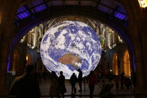 After the successful installation of the replica of the Moon, British artist Luke Jerram returns to Bratislava with a detailed NASA imagery of the Earth's surface.