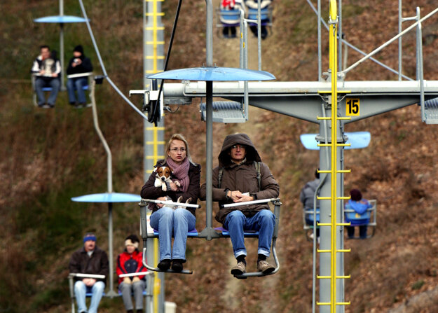 Bratislavský letecký výťah, ktorý premáva v rekreačných oblastiach Kamzík a Železná studienka, premáva od štvrtka do nedele od 10:00 do 18:00.  Počas silného vetra však nie je v prevádzke.  Kryty tváre sú povinné.