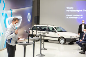 Oliver Grünberg, chairman of the board of Volkswagen Slovakia, presenting the new production project.