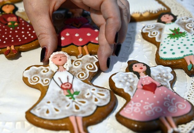 Gingerbread baker Marianna Chvastová from Michalovce has been creating these beautiful gingerbread cookies for nearly 20 years. Her specialty is gingerbread angels in different variations.