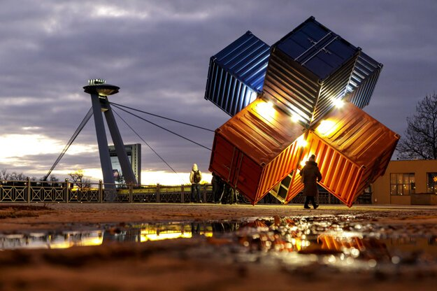 The 'KUVYT' installation by Lubo Mikle, consisting of six containers, represents a star. It can be found on the waterfront Rázusovo nábrežie in Bratislava until Valentine's Day.