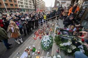 Dozens of people came to light candles in front of the Police Presidium in Bratislava on the day of the funeral of Milan Lučanský.