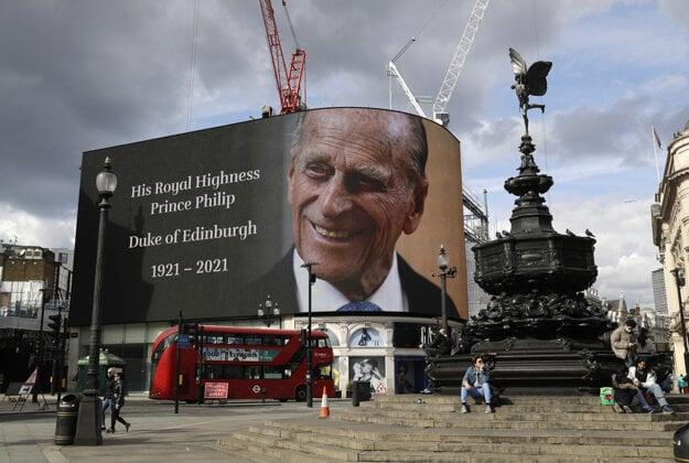 Na veľkej obrazovke portrét zosnulého britského princa Philipa na Piccadilly Square v Londýne 9. apríla 2021.