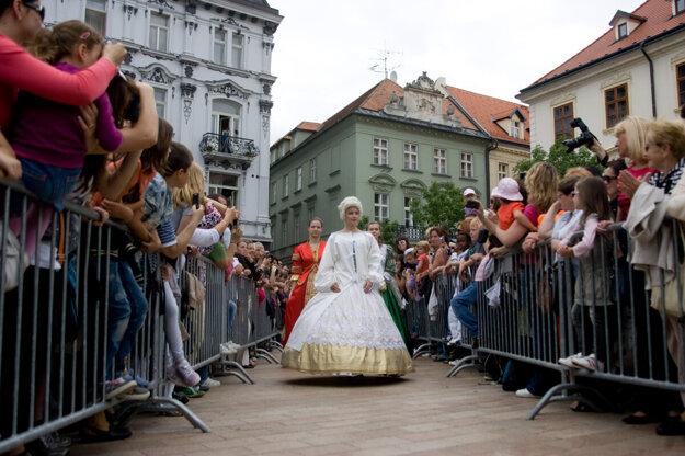 Bratislava si pripomína slávnu korunovačnú históriu každoročnou znovuobjavovaním korunovačných obradov.