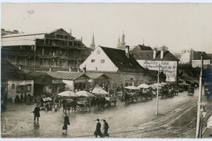 Construction of the market hall in the background; buildings in front of it were later demolished.