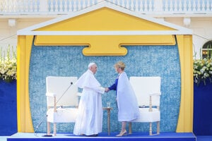 Pope Francis arrives at the Presidential Palace.
