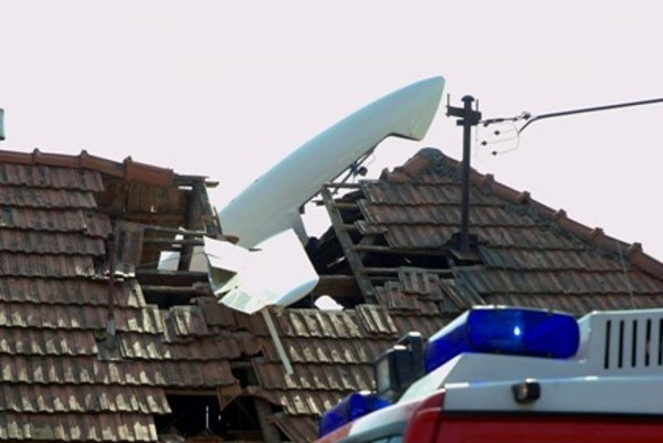 A glider fell and crashed into family house in Nitra.