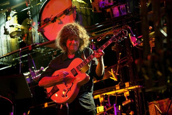 Pat Metheny in front of his Orchestrion in Bratislava.