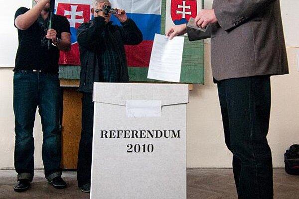 Richard Sulík voting in the referendum.