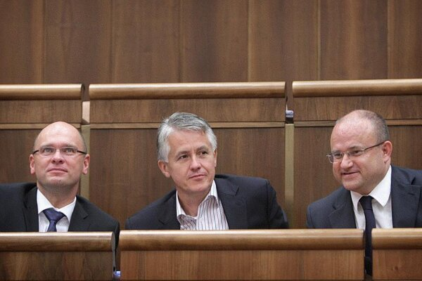 SaS leader Richard Sulík, party caucus chief Jozef Kollár and Labour Minister Jozef Mihál (l-r) along with other SaS members have vowed to stand united during the bailout negotiations.