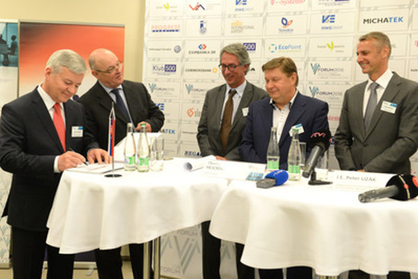 R-L: Košice mayor Richard Raši, Košice Regional Governor Zdenko Trebuľa, VSE board chair – member of RWE Group Thomas J. Hejcman, Honorary Consul of Germany to Slovakia Juraj Banský and board chair of VIA Peter Cacara.