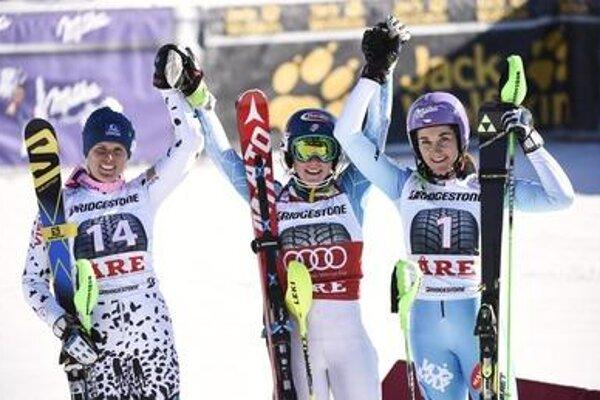 Velez-Zuzlová, Shiffrin, Strachová - left to right, winners after the race.