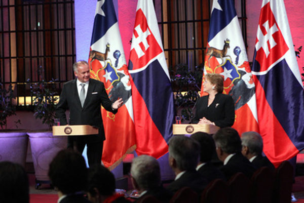 L-R: Slovak President Andrje Kiska and his Chilean counterpart Michelle Bachelet during his official visit to Chile.