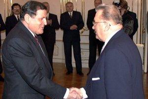 Vladimír Mečiar (left) and Michal Kováč shake hands as the latter leaves office in March 1998.