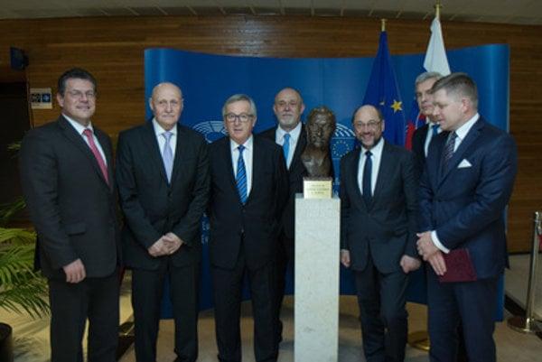 EC Vice-chair EK Maroš Ševčovič, Milan Dubček, EC Chairman Jean-Claud Juncker, Pavol Dubček, EP President Martin Schulz and Slovak PM Robert Fico at the bust of Alexander Dubček in EP, Strasbourg.